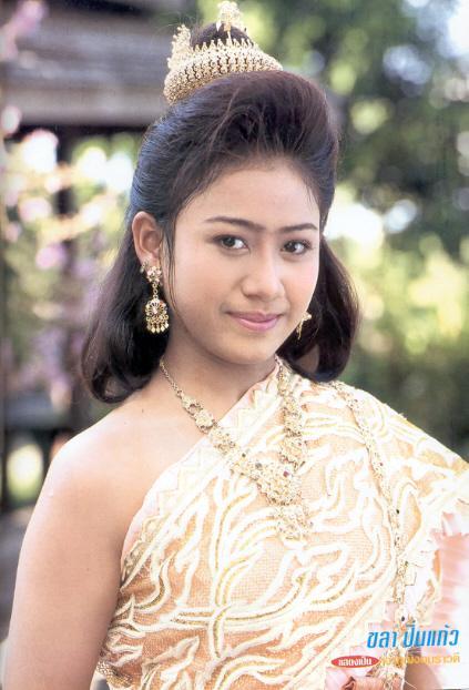 มาดูนักแสดงสาวสวย ละครพื้นบ้าน ว่าใครแต่งตัวชุดไทยในละครสวยที่สุด : แอน-จริยา  มิตรชัย จากเรื่อง ดาบเจ็ดสีมณีเจ็ดแสง