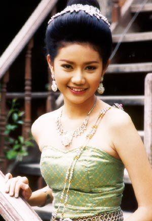 มาดูนักแสดงสาวสวย ละครพื้นบ้าน ว่าใครแต่งตัวชุดไทยในละครสวยที่สุด : อ้อม-ปถมาภรณ์  รัตนภักดี จากละครเรื่อง พระสุธน-มโนราห์