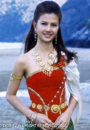 มาดูนักแสดงสาวสวย ละครพื้นบ้าน ว่าใครแต่งตัวชุดไทยในละครสวยที่สุด : จำชื่อไม่ได้ จากละครเรื่อง อุทัยเทวี  ( แสดงเป็นแม่ของ อุทัยเทวี บี มาติกา )