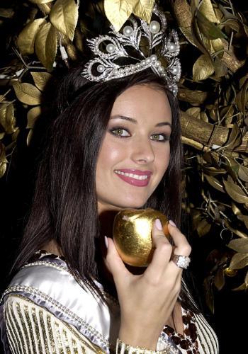 ใครคือ Miss Universe ที่สวยที่สุด : Oxana Fedorova 2002รัสเซีย เธอสละตำแหน่งจำทำให้มิสปานามารับมอบตำแหน่งแทน