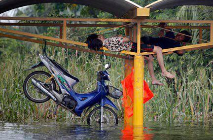 รวมภาพแปลกๆ,ฮาๆ,ขำๆ ตอนน้ำท่วมนะคะ ๒ :