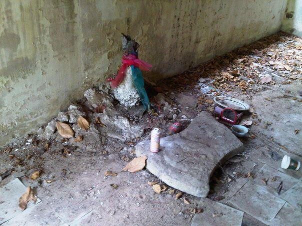 บ้านร้างบางเสร่ เล่า กันว่า มี ผู้หญิง คน1ถูกฆ่าตาย และ มี วิญญาณ ของเธอ ยัง วนเวียน อยู่ตรงนี้ด้วย