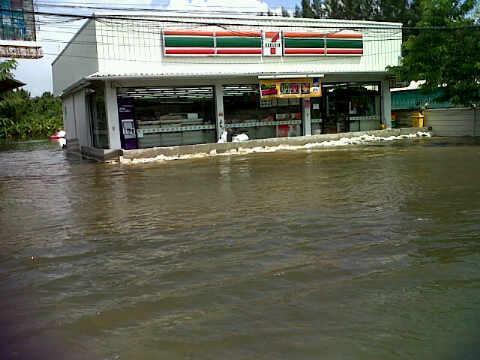 แหมแบบนี้จะให้ไม่ฮาได้ไงช่วงน้ำท่วมเนี่ย : หิวเมื่อไหร่ก็พายมา 7elevenา