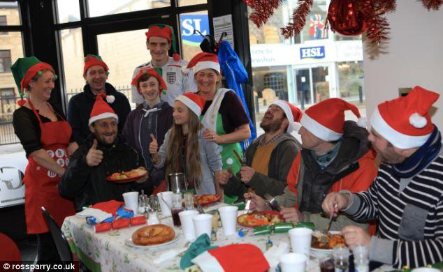 รอยยิ้ม: ครอบครัว McNulty กับบางส่วนของที่อยู่อาศัยซึ่งเป็นอาหารเย็นเลี้ยงไก่งวงย่างที่ร้านกาแฟและกรองใน Dewsbury, West Yorkshire