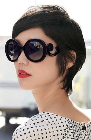 ทรงผมสั้น แว่นตากันแดด Prada